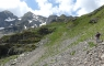 La montée au col entre les deux lacs se fait sur un vieux sentier à peine visible